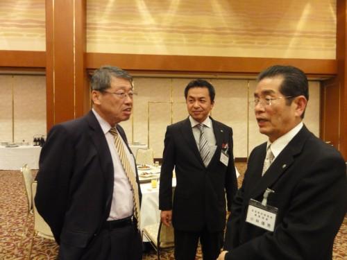左から 近東宏光名誉会長・乾 安彦幹事・小林僖男専務理事