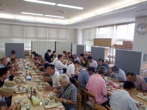 研修風景【喫食体験】(海田市) ※メニュー:チキンカレー・サラダ・すいか