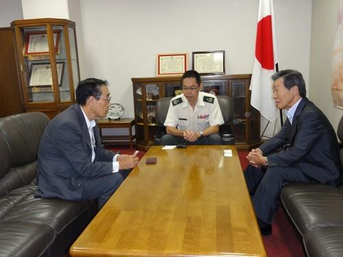 左から 松本 全防協事務局長・山下1佐・前田会長
