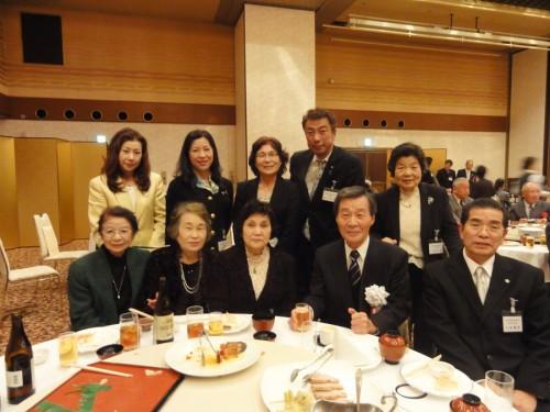 右から 小林僖男専務理事・前田会長と女性部の皆さん