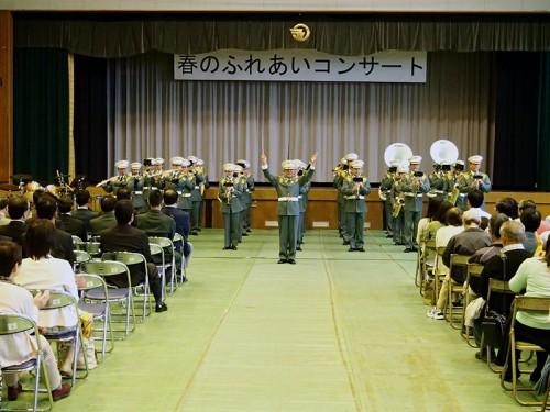 立姿で行進曲を演奏する第3音楽隊